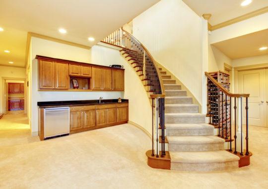 Optimisation d'espace : aménager une cuisine design sous l'escalier