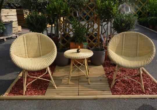 Créer un salon de détente à l'extérieur grâce aux chaises styles vintages